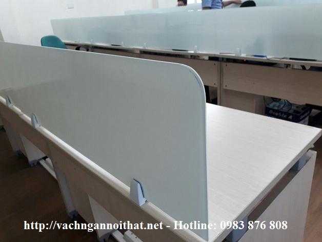 Thi công vách ngăn kính mặt bàn màu trắng sữa 8.38mm