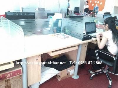 Thi công vách ngăn kính cường lực trên mặt bàn làm việc VNK15